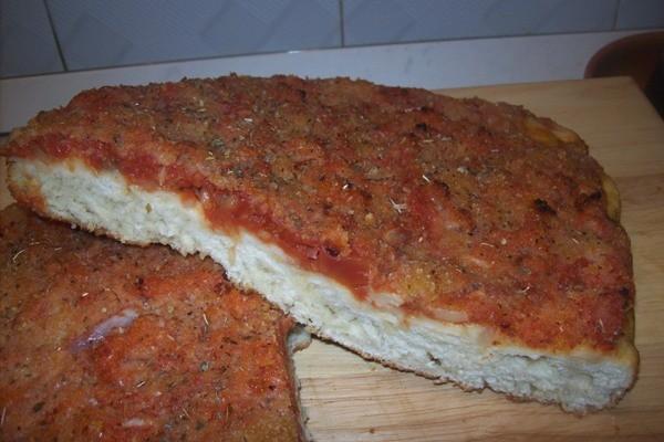 """<strong>Sfincione Palermitano</strong>. """"U sfinciuni"""", di grande impatto visivo ed olfattivo, é uno dei classici della cucina palermitana"""