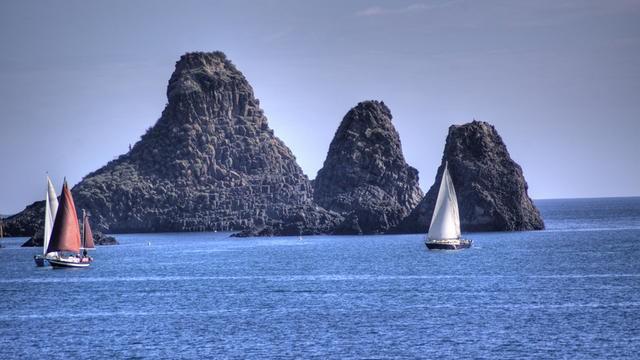 <strong>Una costa tutta da scoprire</strong>. Lo spettacolo del mare ai piedi dell'Etna