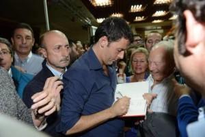 Matteo Renzi autografa un libro durante durante il tour per le primarie del Pd in Sicilia