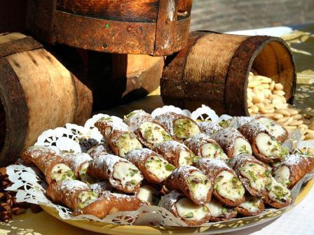 <strong>Cannoli siciliani ripieni alla ricotta</strong>. La ricetta regionale più famosa nel mondo