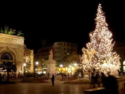 <strong>Palermo</strong>: sindaco Orlando accende l'albero pedalando