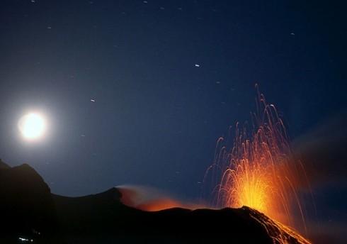 <strong>Lava e cenere dallo Stromboli</strong>. L'isola avvolta in una nube di fumo