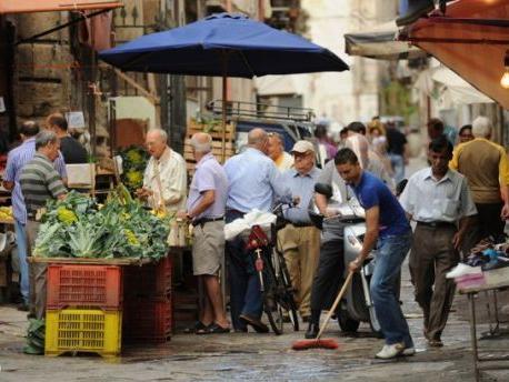 """<strong>Nei mercati di Palermo</strong>: Berlusconi è """"u megghiu"""", Monti è un """"pupiddu"""", Bersani è antipatico, Grillo """"nà cosa nova"""""""