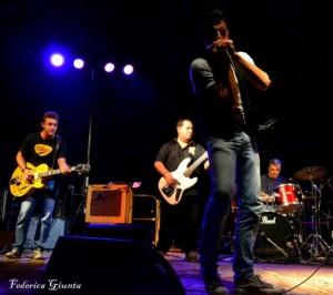 Il gruppo palermitano dei Red Light, composto da Saverio Mazzara (armonica e voce), Francesco Guzzardi (chitarra), Giuseppe Minolfo (basso) e Giuseppe Buscemi (batteria)