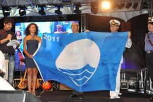 """Il mare incontaminato di Menfi ottiene la 17esima Bandiera blu """"Miss Italia Giusy Buscemi e il sindaco Michele Botta ritirano la Bandiera blu"""""""