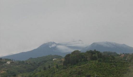 <strong>Violento temporale sull'Etna</strong>: neve sulla cima del vulcano