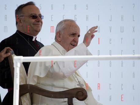 """<strong>Papa Francesco</strong> benedice Lampedusa: """"Da voi una lezione a tutti"""""""