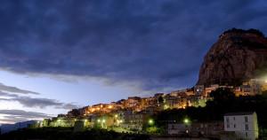 """A sinistra, una panoramica di Sutera. Sopra """"li santi casci"""". Sotto San Paolino in cima alla omonima montagna."""