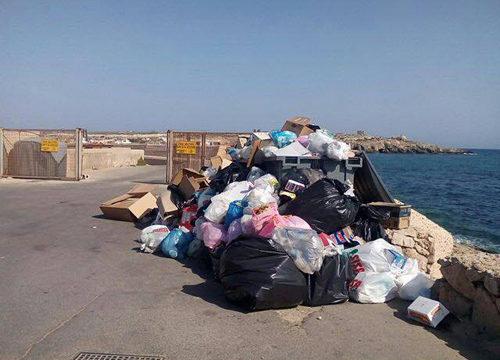 """Lampedusa. Rifiuti invadono l'isola, il M5S Lampedusa-Linosa: """"Continue emergenze, sfruttamento dei lavoratori e del territorio, e bollette salatissime per gli isolani"""""""