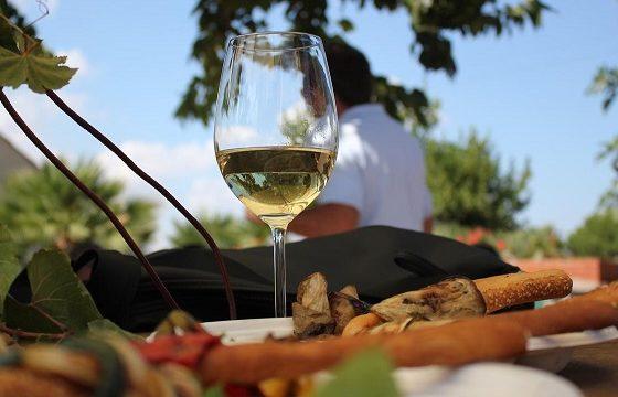 Turismo, un viaggiatore su due (53%) si muove per gustare cibo e vino